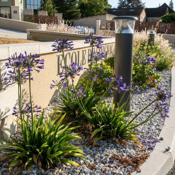Composition florale habillant la devanture d'une école.